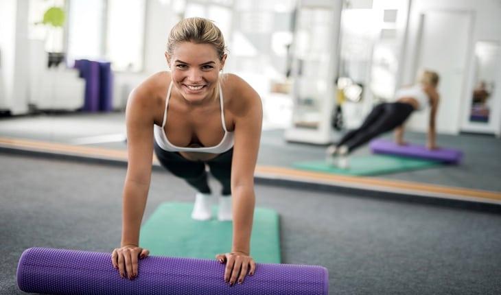 foto de uma mulher realizando exercício funcional