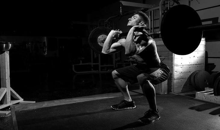 foto de um homem realizando levantamento de peso