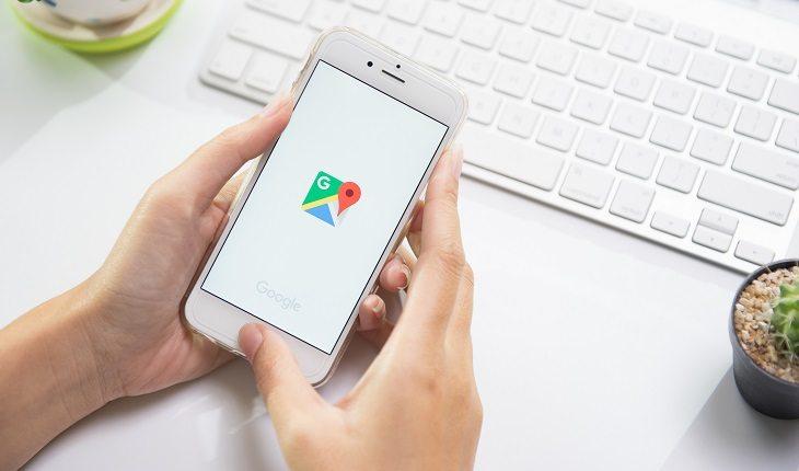 a foto mostra uma pessoa abrido o aplicativo Google Maps para planejar sua rota antes de sair para correr na chuva