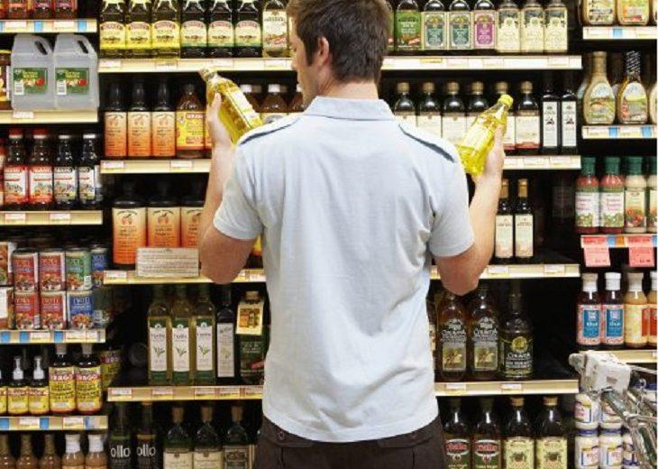 homem em um supermercado escolhendo produtos vida saudável