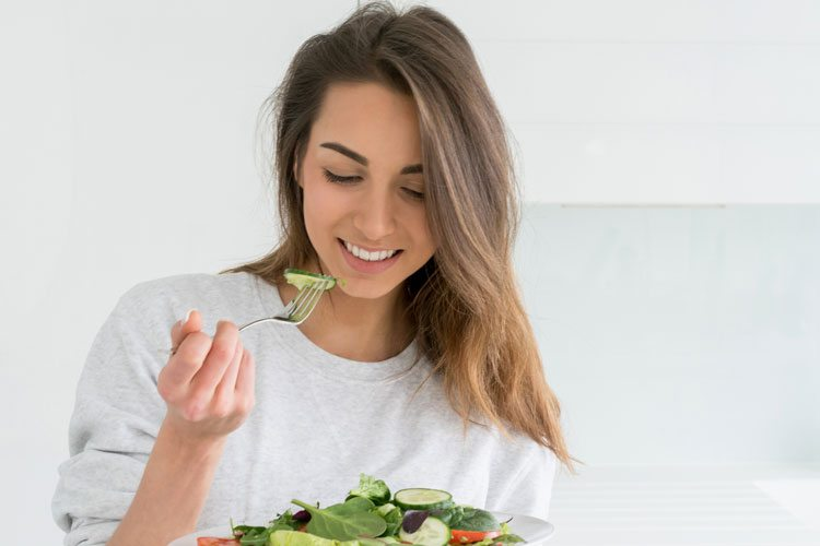 Mulher comendo alimentos saudaveis