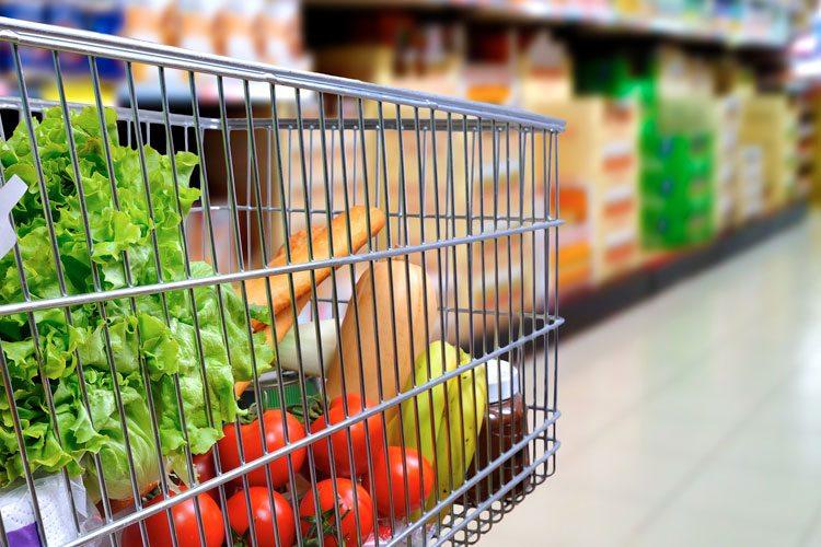Carrinho de supermercado com alimentos que aumentam a imunidade do organismo