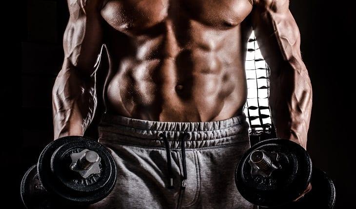 Homem forte e musculoso hipertrofia