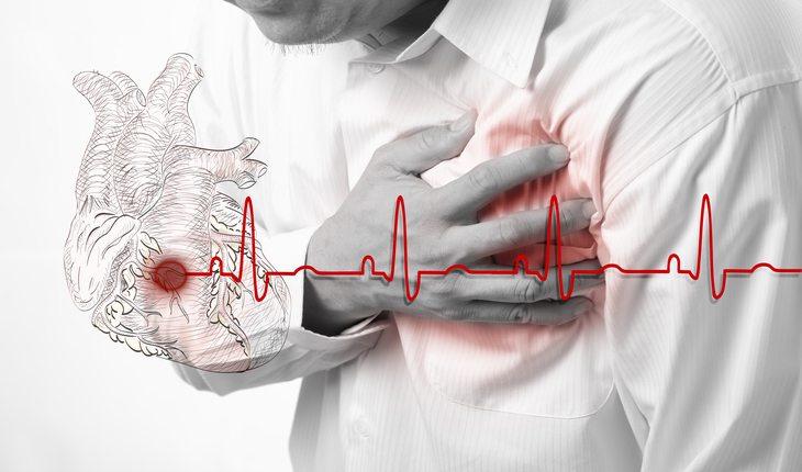 Homem com dor no coração - perigos dos suplementos alimentares