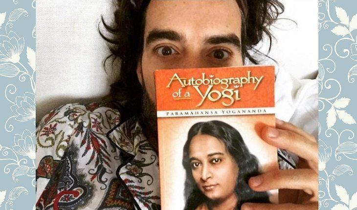 Celebridades que praticam yoga: RUSSELL BRAND