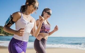 Meninas correndo no sol, com óculos escuros. Cuidados com os olhos na prática esportiva