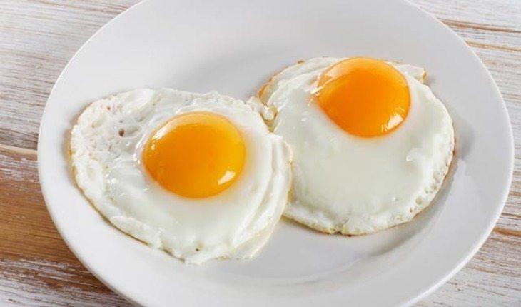ovos fritos em um prato pre-treino-