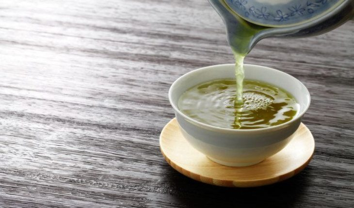 xícara de chá verde pre-treino-