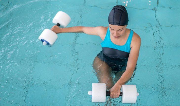 Equipamentos de natação: mulher aula