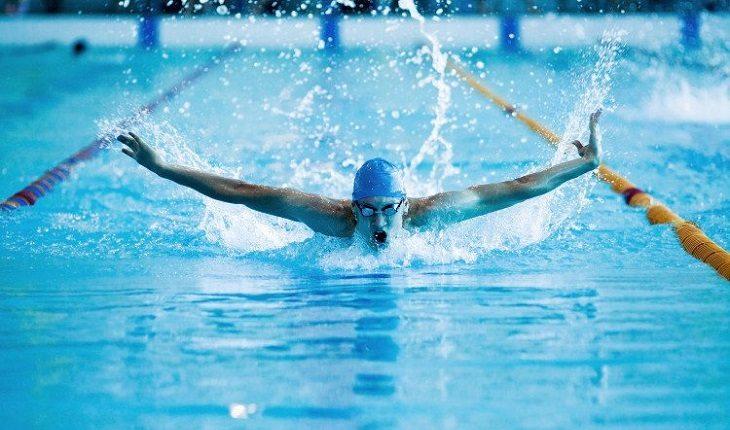 homem nadando no estilo borboleta