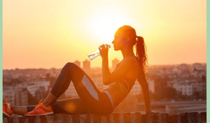 mulher-fitness-bebendo-agua erros que todo corredor pode cometer