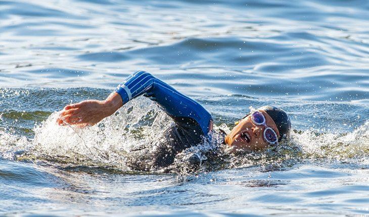 Equipamentos de natação: mulher nadando águas abertas