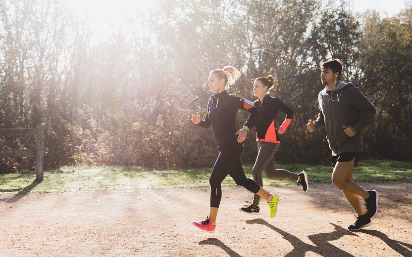 Pessoas correndo de manhã5 erros que todo corredor pode cometer. Saiba quais são e previna-se!
