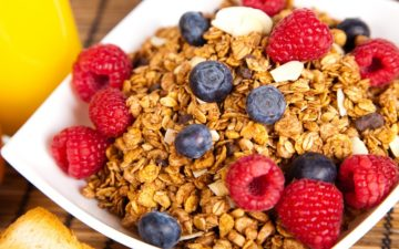 prato de cereal com mirtilo e framboesa, uma das receitas fitness pré-treino