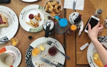Redes sociais e alimentação: mesa com alimentos e um celular