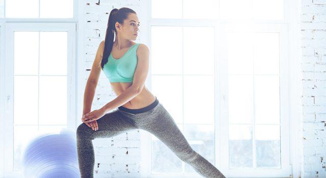 Mulher praticando ginástica localizada