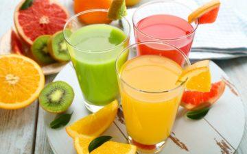 Receitas de sucos funcionais: na foto, três copos de sucos e frutas envolta