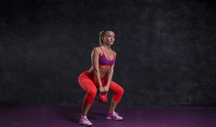 foto de uma mulher executando o exercício de agachamento
