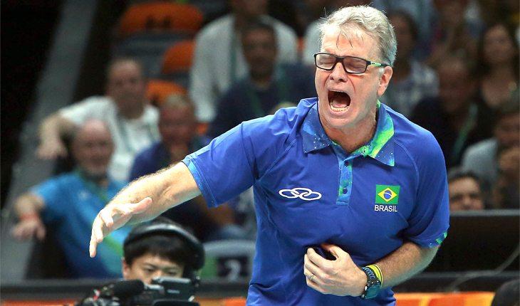 Bernardinho durante partida da seleção brasileira de vôlei masculino