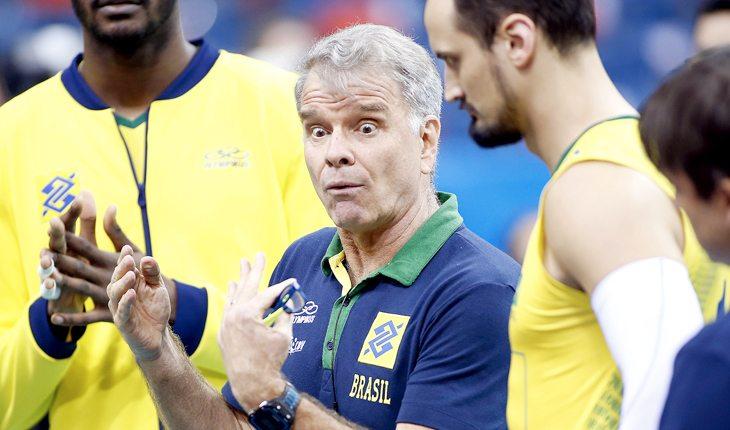 Bernardinho orienta jogadores