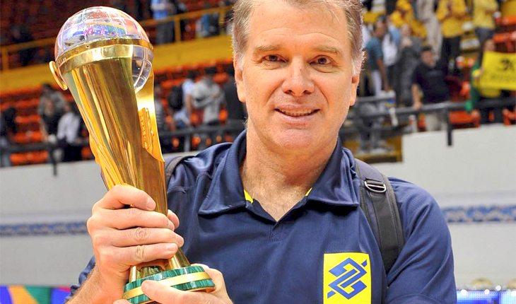 Bernardinho ergue troféu