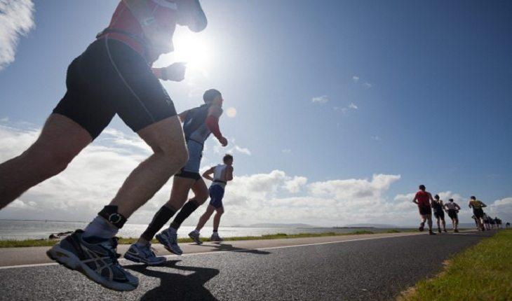 Maratonistas correm em estrada e mostram como correr cinco quilômetros