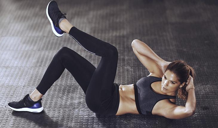 Treino de abdominal: mulher fazendo abdominal oblíquo