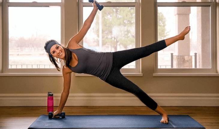 Treino de abdominal: mulher fazendo prancha lateral