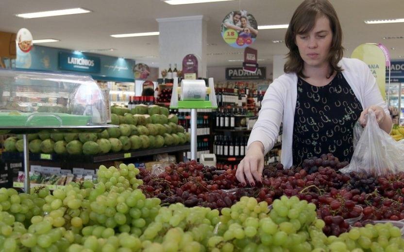 mulher ealizando compras de frutas em supermercado Alimentação Saudável