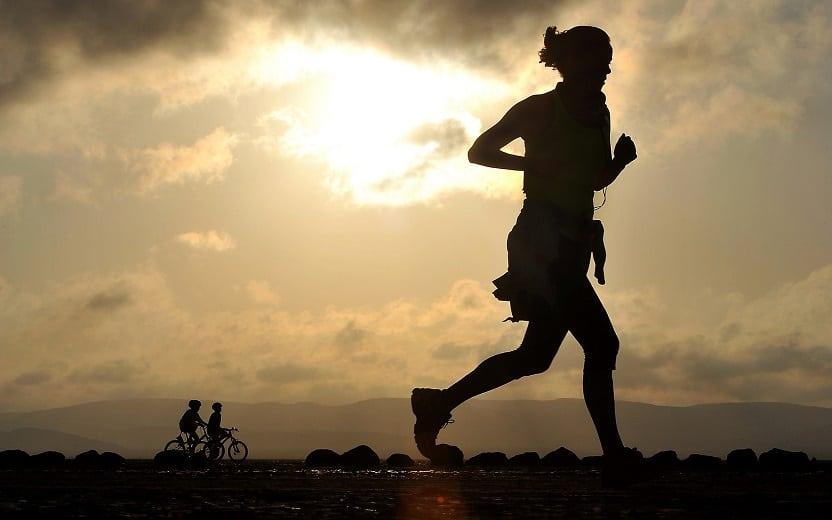 mulher correndo no final da tarde alimentação