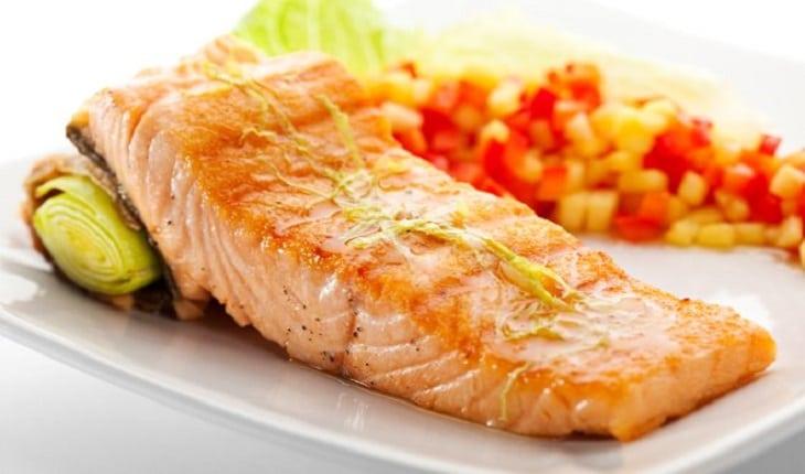 filé de peixe sobre um prato alimentação