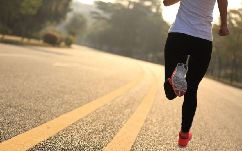 Pessoa correndo em uma rodovia dicas para longão
