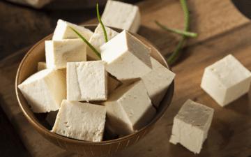 Receitas veganas ricas em proteínas: aprenda a fazer. Na foto, tofu