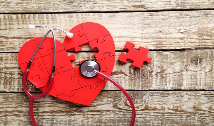 ilustração d eum coração feito de pedaços de um quebra-cabeça damasco