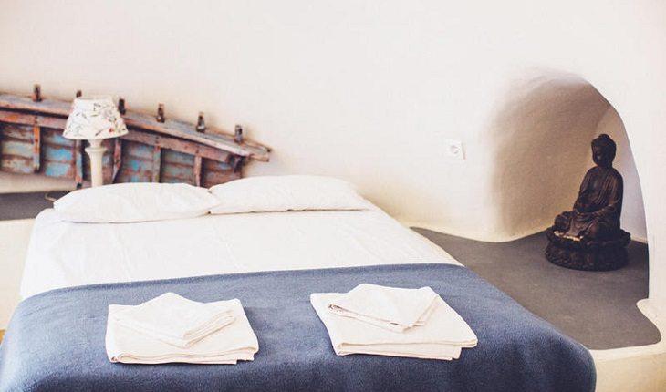 Entre os hostels para praticar yoga Caveland Karterados, Santorini, Grécia.
