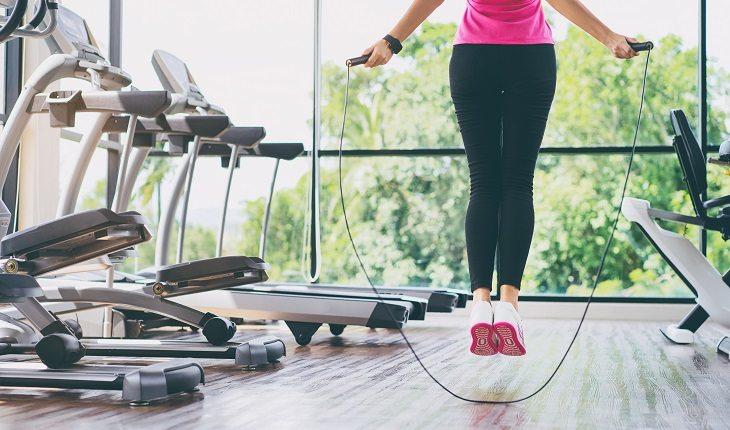 Benefícios de pular corda. Na foto, uma pessoa pulando corda em uma academia