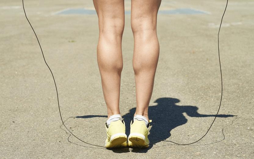 Benefícios de pular corda. Na foto, a perna de uma pessoa pulando corda
