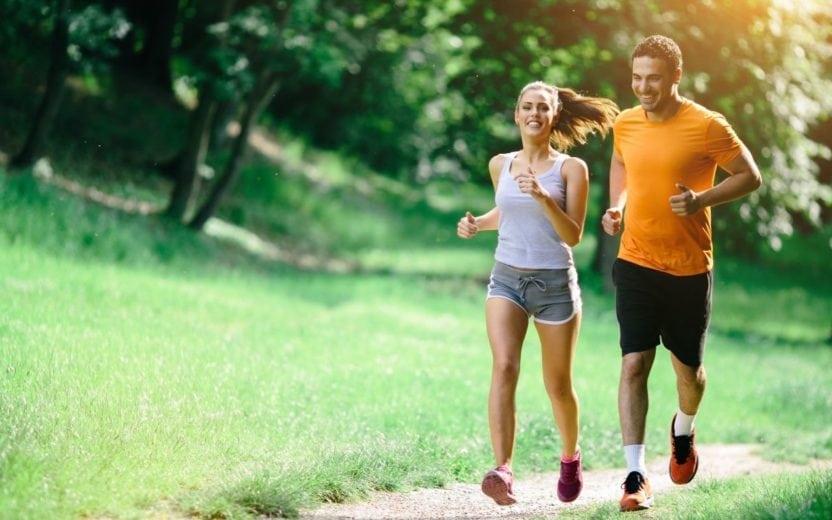 Casal correndo ao ar livre dicas para longão