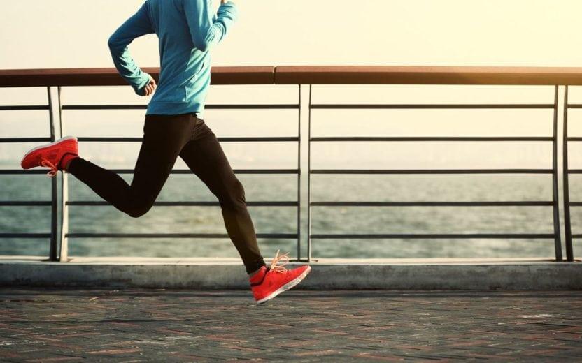 Pessoa correndo em cima de uma ponte dicas para longão