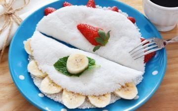 Na foto, duas tapiocas. Uma tapioca recheada com morango e a outra recheada com banana