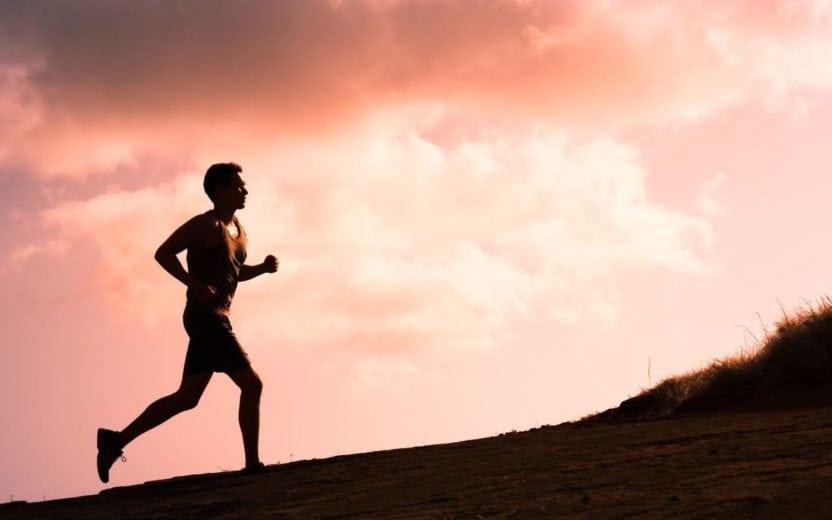 Homem correndo em um morro dicas para longão