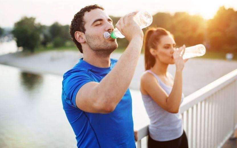Casal bebendo água após corrida dicas para longão