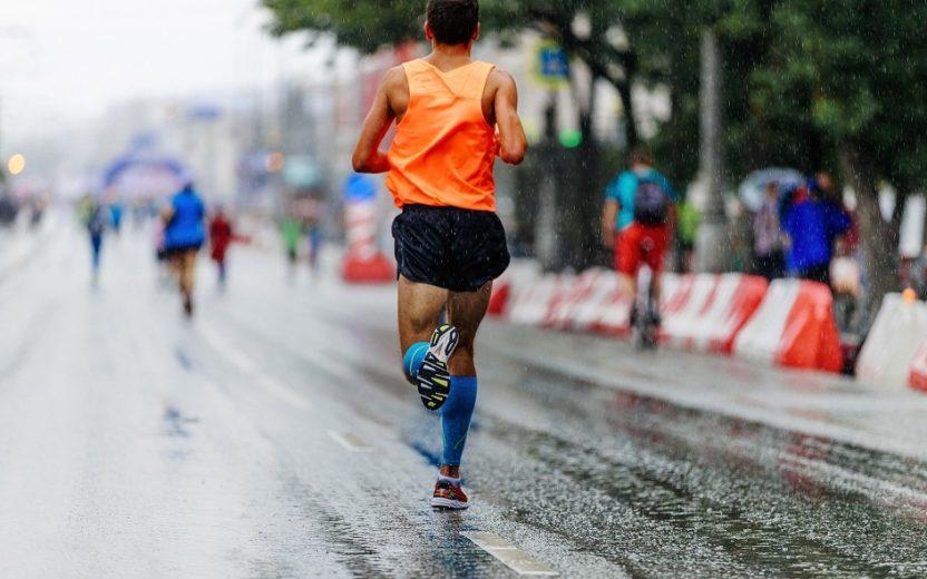 Imagem de um homem correndo uma maratona em uma rua meia-maratona 00