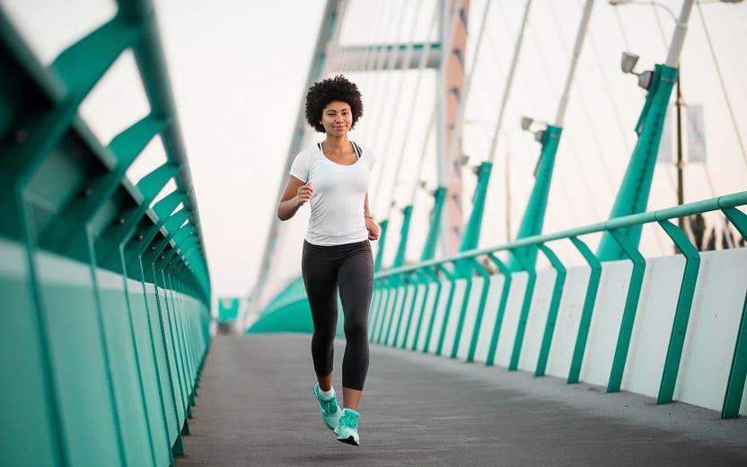 Mulher caminha e faz exercícios para fortalecer pernas e abdômen
