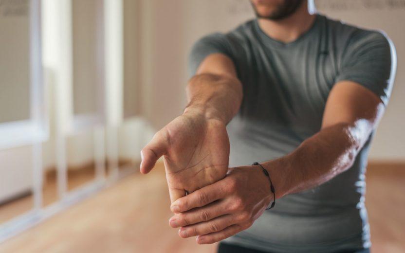 mulher alongando o braço e o pulso alongamento