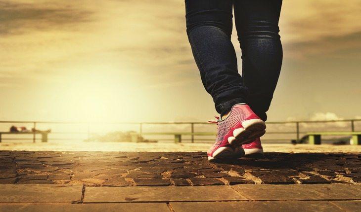 Imagem de uma pessoa caminhando. Atividades físicas