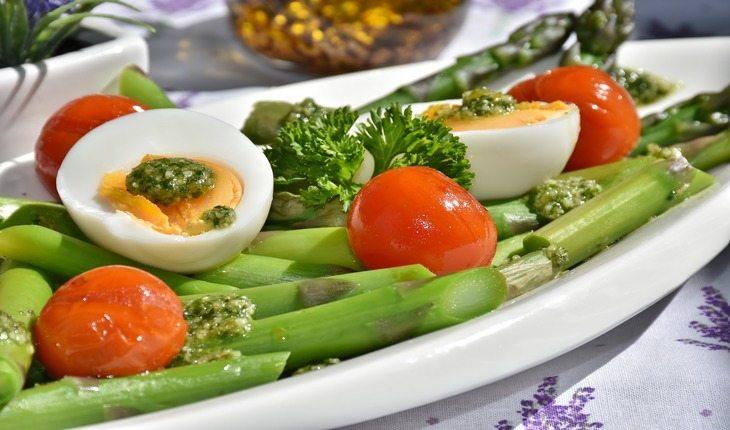 Imagem de um prato de comida contendo diversas verduras e legumes. Atividades físicas