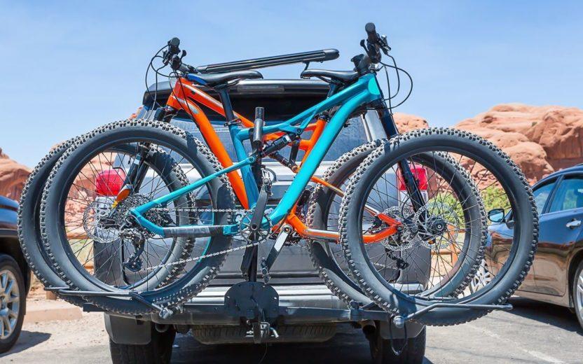 bicicleta no suporte do carro