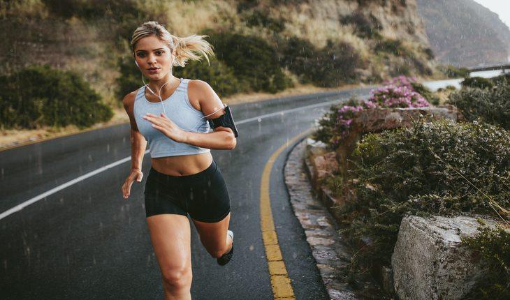imagem de uma mulher correndo em uma pista. Corrida