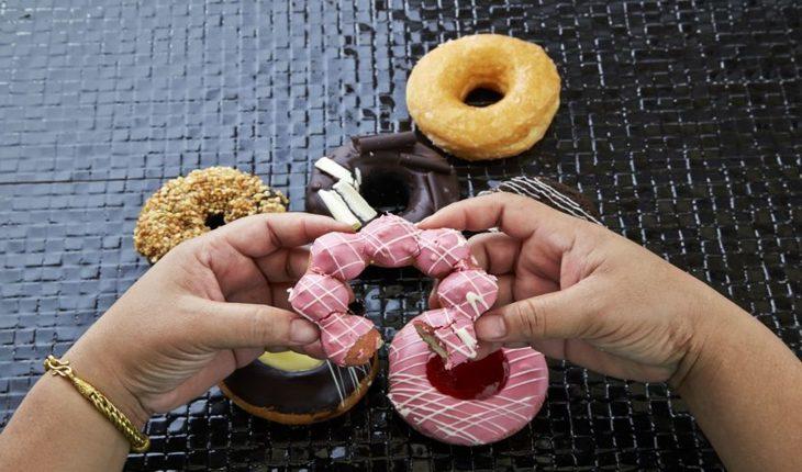 Imagem de duas mãos segurando doce. Corrida